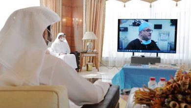 Photo of حمدان بن محمد يلتقي فريقاً طبياً إماراتياً أجرى جراحة نادرة لجنين في بطن أمه